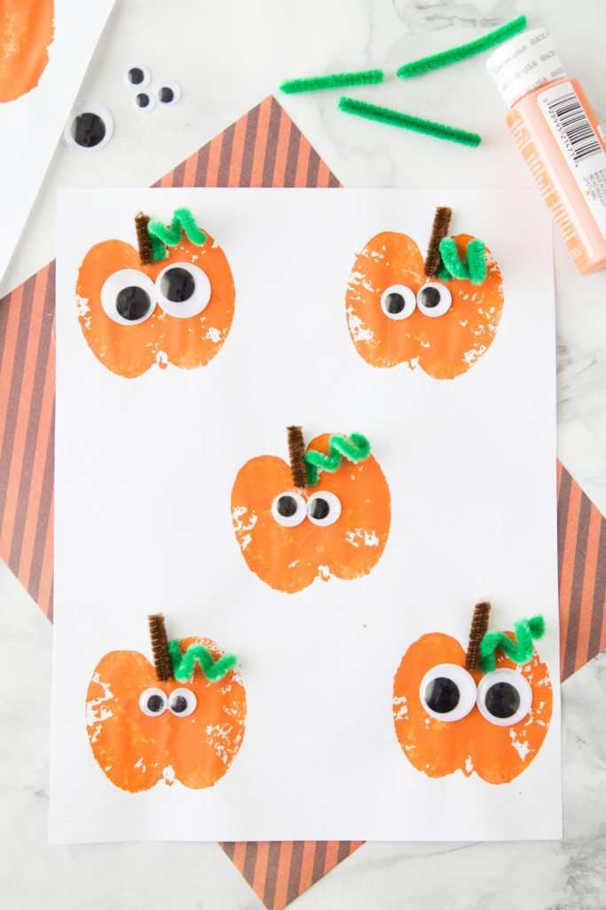 fall crafts for toddlers-apple stamping activity